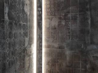 Cornice verticale per illuminazione indiretta led EL706 su pittura materica Soggiorno moderno di Eleni Lighting Moderno