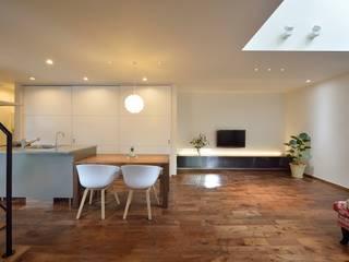 居間よりダイニングキッチンをみる: 空間工房株式会社が手掛けたダイニングです。,オリジナル 木 木目調