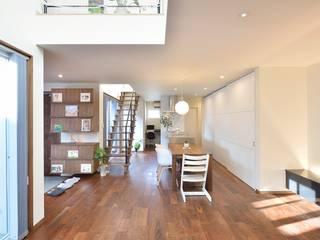 居間よりキッチンをみる。: 空間工房株式会社が手掛けたシステムキッチンです。,オリジナル 鉄/鋼