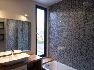 Casa Los Abetos: Baños de estilo  por Irene Escobar Doren, Moderno