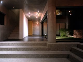 Eclectic style corridor, hallway & stairs by 松井建築研究所 Eclectic