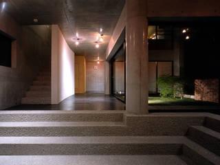 Corredores, halls e escadas ecléticos por 松井建築研究所 Eclético