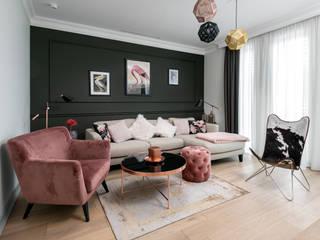 Różowy salon w stylu glamour Nowoczesny salon od Q2Design Nowoczesny