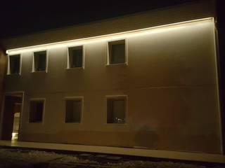 Cornicione facciata con illuminazione indiretta led integrata per esterno di Eleni Lighting Moderno