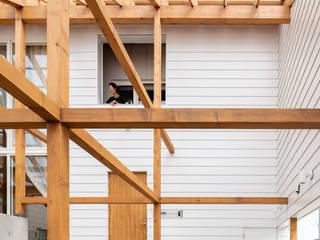 Balcones y terrazas modernos de 堀部太建築設計事務所 Moderno