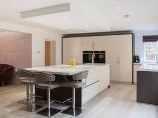 Open plan kitchen dining room Cocinas de estilo moderno de Kreativ Kitchens Moderno