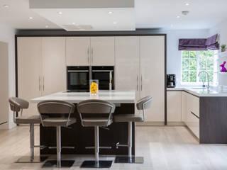 Open plan kitchen dining room de Kreativ Kitchens Moderno