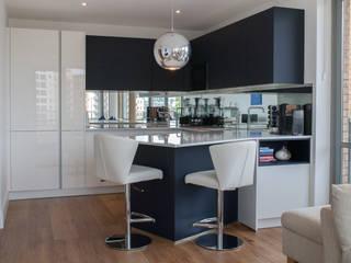 Modern open plan apartment kitchen Cocinas de estilo moderno de Kreativ Kitchens Moderno
