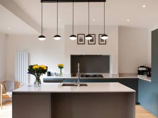 Contemporary open plan kitchen dining room de Kreativ Kitchens Minimalista