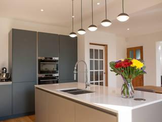 Contemporary open plan kitchen dining room Cocinas de estilo minimalista de Kreativ Kitchens Minimalista