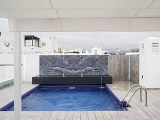 Reforma integral de vivienda exclusiva Bilbaodiseño Piscinas de estilo moderno