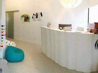 PROYECTO Y EJECUCION: Clinica GROW CLINIC. Montecarmelo- Madrid Pasillos, vestíbulos y escaleras de estilo moderno de Arquide Estudio, reforma y rehabilitación en Madrid Moderno