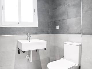 Minimalist style bathroom by POA Estudio Arquitectura y Reformas en Córdoba Minimalist