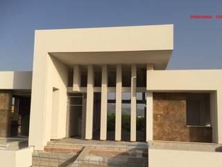Fachada Norte frontal de una vivienda moderna. de DYOV STUDIO Arquitectura, Concepto Passivhaus Mediterraneo 653 77 38 06 Moderno Caliza