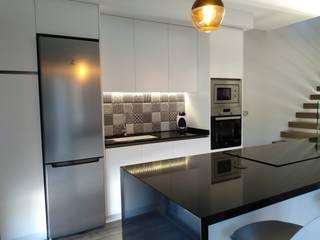 Proyecto de Obra Nueva en Anna Gestionarq, arquitectos en Xàtiva Cocinas pequeñas Azulejos Blanco
