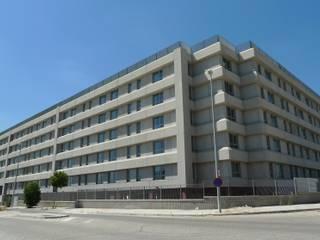 Hotel TRYP Airport Suites en Madrid Paredes y suelos de estilo moderno de ag arquitectura sa Moderno