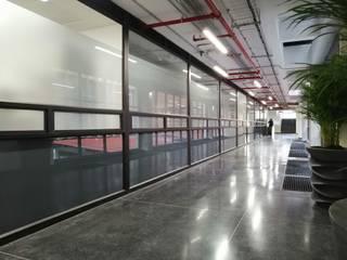 Fabricación e instalación de divisiones de oficina en vidrio para Universidad Javeriana Puertas y ventanas de estilo moderno de .K-Design arquitectura y diseño interior Moderno