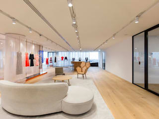 Tommy Hilfiger Showroom Design:  Woonkamer door K E N S H O, Modern