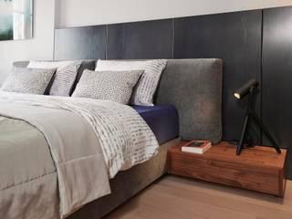 Grote moderne slaapkamer: modern  door De Suite, Modern