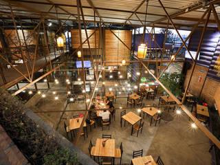 Boutique de Arquitectura ¨Querétaro [Sonotectura+Refaccionaria] Balcones y terrazas industriales Hormigón Acabado en madera