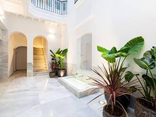 Building renovation  for tourist apartments: Pasillos y hall de entrada de estilo  por AGM Arquitecto Antonio Gómez Mora, Mediterráneo