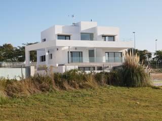 : Casas unifamiliares de estilo  por AGM Arquitecto Antonio Gómez Mora, Moderno