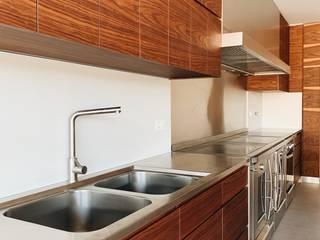 Habitação Unifamiliar : Armários de cozinha  por Cervus Concept & Retail,Moderno