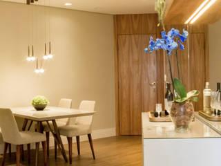 Comedores modernos de Serra Vaz Arquitetura e Design de Interiores Moderno