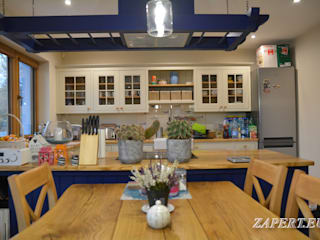 Kuchnia i jadalnia z drewnianym rustykalnym stołem od Stolarka Zapert Rustykalny