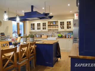 Kuchnia i jadalnia z drewnianym rustykalnym stołem Rustykalna jadalnia od Stolarka Zapert Rustykalny