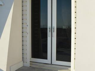 Porta finestra in pvc Schuco Finestre & Porte in stile moderno di Modoal Moderno