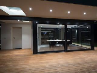 Villa con serramenti in alluminio Schuco Sala da pranzo moderna di Modoal Moderno