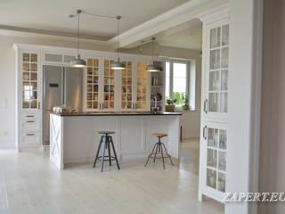Otwarta biała kuchnia z wyspą w stylu klasycznym Klasyczna kuchnia od Stolarka Zapert Klasyczny