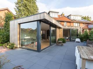 Diverse uitbouwen:  Eengezinswoning door atelier GisTH, Scandinavisch