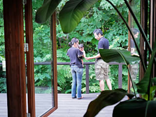 自然公園の森に面した家 オリジナルデザインの テラス の 家と草木のアトリエ hausgras オリジナル