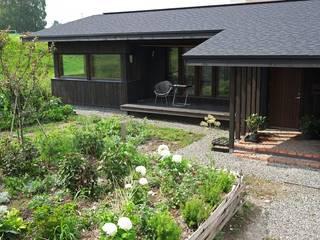 北海道十勝の地産地消の家、縁側と庭で広がる平屋 オリジナルな 家 の 家と草木のアトリエ hausgras オリジナル