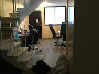 Pasillos, vestíbulos y escaleras de estilo moderno de OHANA STUDIO Moderno
