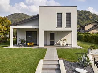 WHITE Case moderne di Flussocreativo Design Studio Moderno