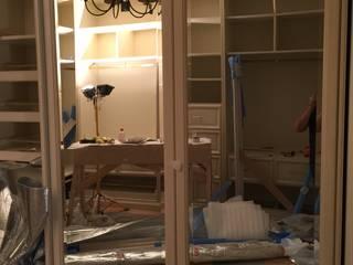 Холодильник встроенный в интерьер в частном доме в Барвихе Beauty&Cold ГардеробнаяХранение Бежевый