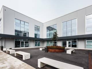 Facciate in alluminio a taglio termico Complesso d'uffici in stile industrial di Turri Serramenti Srl Industrial