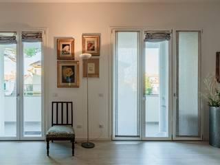 Porte finestre in PVC situate all'interno di un nuovo appartamento nel centro di Empoli di Turri Serramenti Srl Moderno