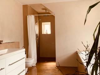 Baños de estilo moderno de Hofele Stuckateur und Maler-Betrieb Moderno