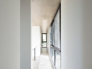 Modern Corridor, Hallway and Staircase by Carbone Arquitectos Modern