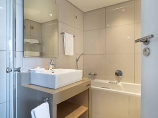 Banheiros por ByMartins Interiores Escandinavo