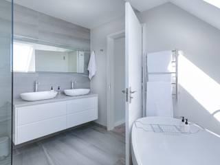 Banheiros por ByMartins Interiores Minimalista