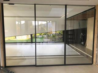 Pasillos, vestíbulos y escaleras de estilo moderno de Schmidinger Wintergärten, Fenster & Verglasungen Moderno