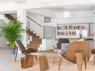 Scandinavian style corridor, hallway& stairs by FOCUS Arquitectura Scandinavian