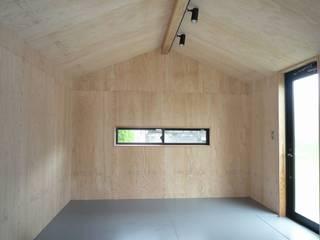 タイニーハウス アース・アーキテクツ一級建築士事務所 ラスティックデザインの 書斎 合板(ベニヤ板) 木目調