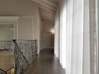 Colonial style corridor, hallway& stairs by Cadorin Group Srl - Top Quality Wood Flooring Colonial