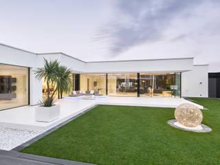 Flachdachvilla mit XXL Verglasung Lebsack und Söhne GmbH Minimalistische Fenster & Türen